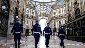 Policías con mascarilla en Milán
