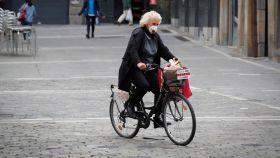 Una mujer este martes 28 de abril se desplaza en bicicleta en Pamplona.