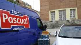 Furgoneta de Calidad Pascual haciendo entrega de alimentos para Cáritas.