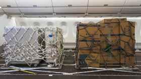 Imagen de un avión Airbus con la cabina adaptada para carga.