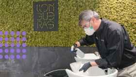 Las peluquerías están desinfectando todo para poder trabajar lo antes posible.