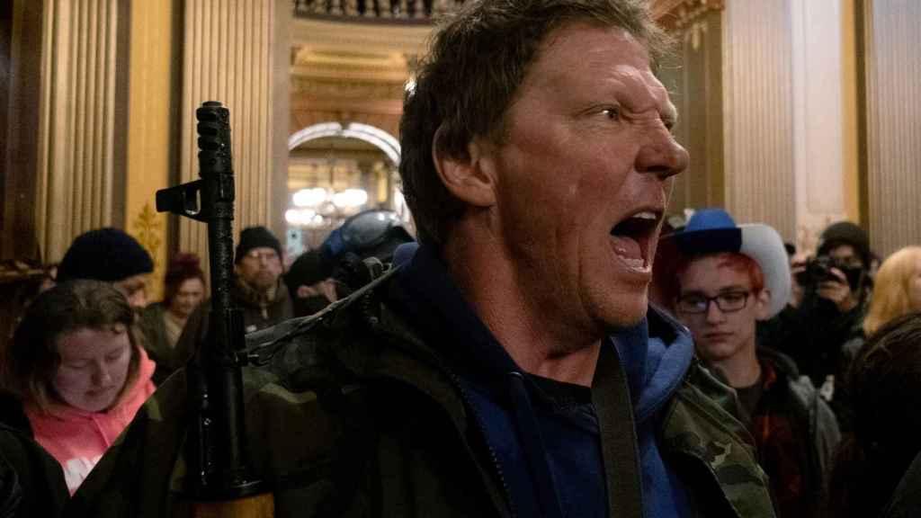 Un manifestante grita a la Policía Estatal de Michigan tras ocupar el Capitolio.