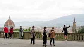 Paseos con mascarilla en tiempos de pandemia en Florencia.