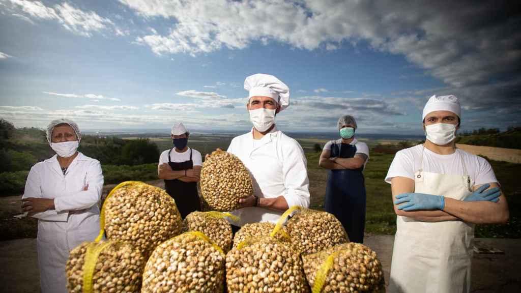 'Caracoles Sevilla' cocina una toneladas de este producto diariamente.