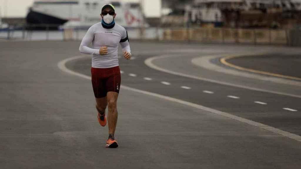 Un hombre practica deporte protegido con mascarilla en Santa Cruz de Tenerife.
