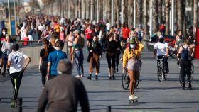 Una multitud de ciudadanos se ejercita o pasea por el Paseo Marítimo de Barcelona, este sábado.