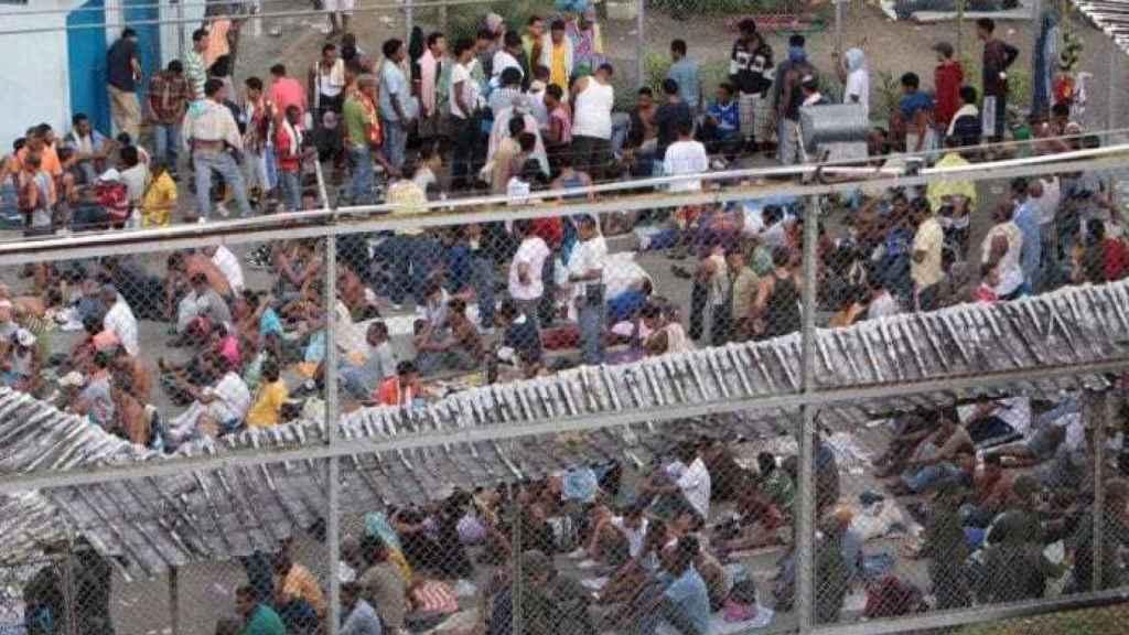Los reclusos, en el patio de una cárcel de Venezuela.