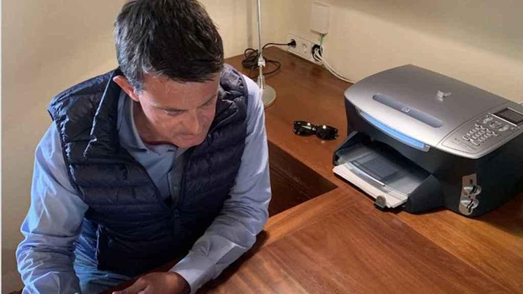 Manuel Valls, en el despacho de su casa de Menorca.