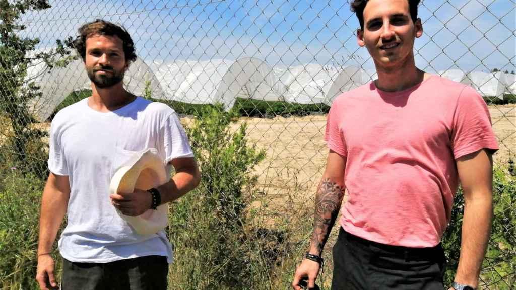 Guillermo Huidobro, estudiante de dirección de hoteles (d), y Jorge Vega, que era director comercial de un gimnasio, posan en la finca fresera donde ahora son jornaleros.