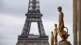 Estatuas ataviadas con mascarillas en París.