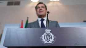 El presidente de la Junta de Andalucía, Juanma Moreno, en el atril con su nuevo sello.
