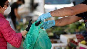 California permite dispensar bolsas de plástico por miedo a la expansión del virus.