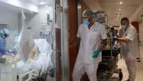 Médicos en la UCI del Hospital Clínic de Barcelona.