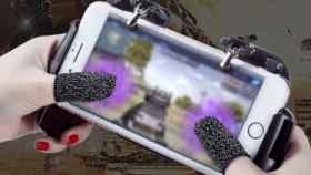 El accesorio para jugar en el móvil más loco, mini guantes para tus pulgares