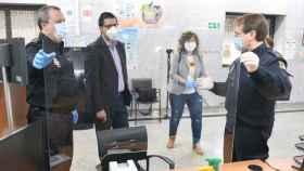 José Manuel Caballero (segundo por la izquierda) observa una de las mamparas de protección