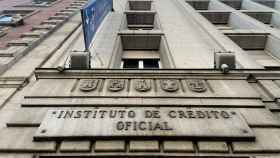 Una de las puertas de acceso de la sede del ICO (Instituto del Crédito Oficial), en el Paseo del Prado de Madrid (España).