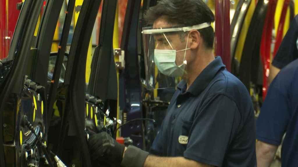 Un trabajador en Ford Almussafes (Valencia).