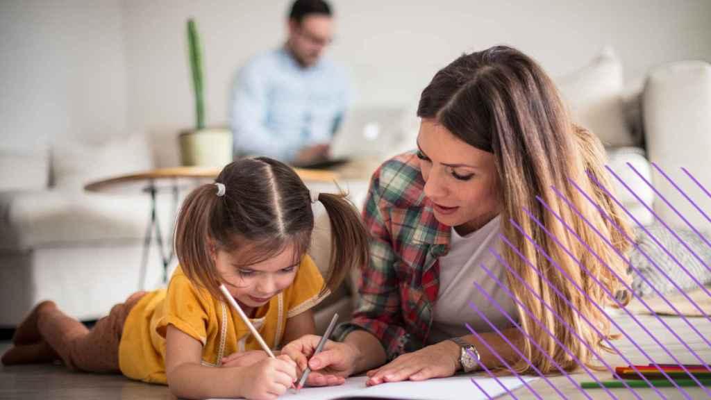 Una mujer estudiando con su hija.