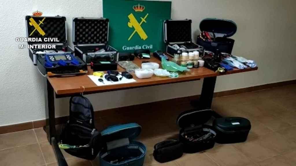 Lote de material incautado a los detenidos en el piso del barrio de San Blas.