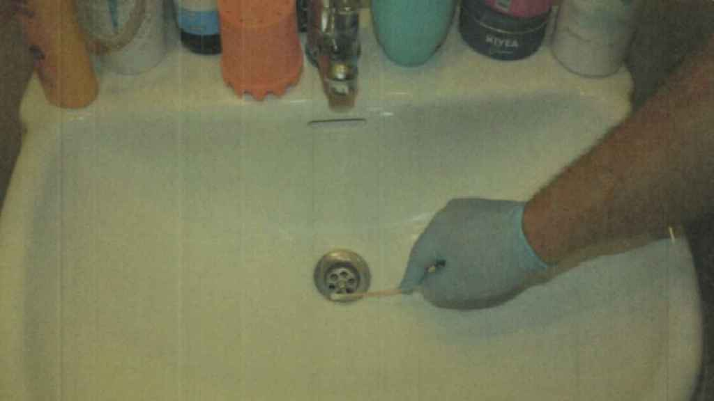 Un guardia civil tomando una muestra de ADN en el domicilio de la pareja en Las Torres de Cotillas donde se produjo la supuesta violación.