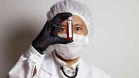 Un científico sostiene una muestra de sangre de un enfermo.