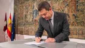 Emiliano García-Page, presidente de la Junta, este lunes durante la firma del Plan de Recuperación de Castilla-La Mancha