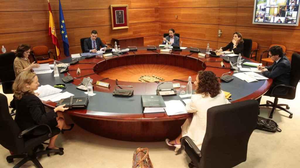 Pedro Sánchez, los cuatro vicepresidentes, la ministra portavoz y Salvador Illa, en el Consejo de Ministros.
