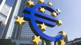 Monumento al euro ante la antigua sede del BCE en Fráncfort.