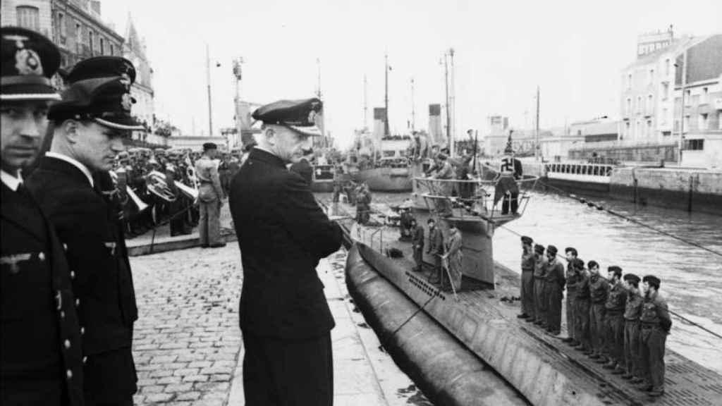 Dönitz observa la llegada de un submarino a Saint-Nazaire (junio de 1941).