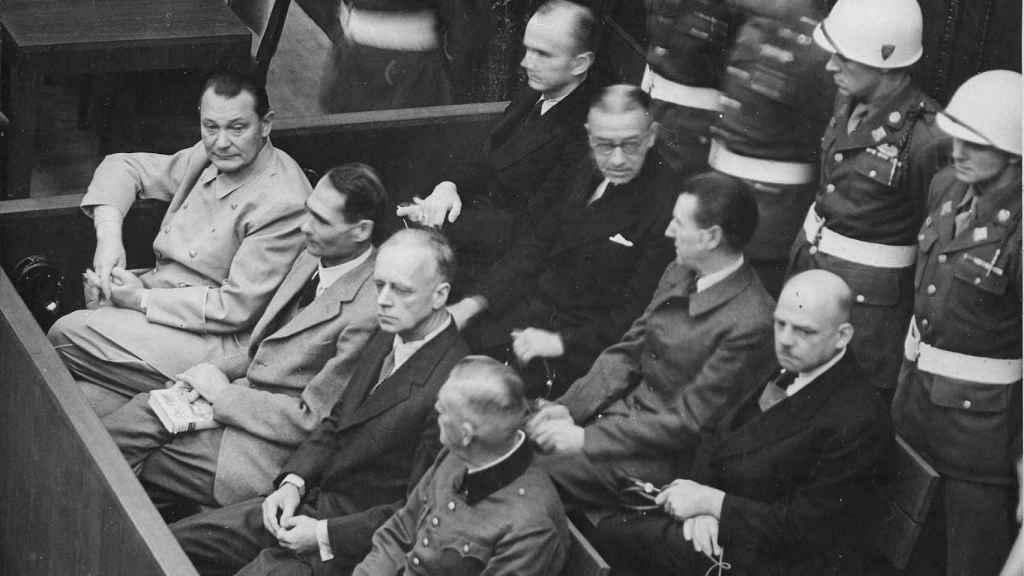 Dönitz en los Juicios de Núremberg. Segunda fila, arriba.