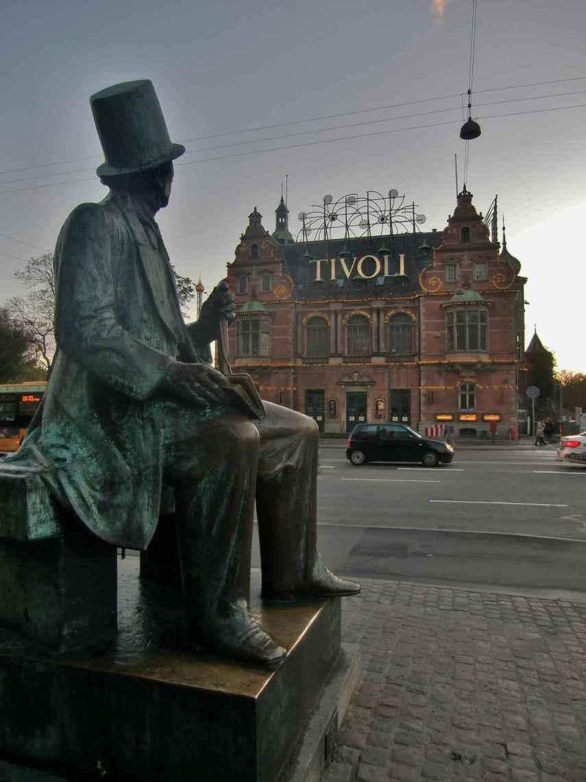 Entrada al Tivoli frente a la estatua de Hans Christian Andersen .
