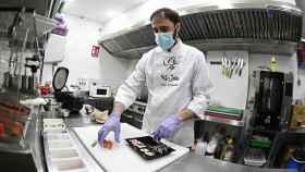 Un restaurante de comida japonesa prepara pedidos para llevar en Alcalá de Henares.
