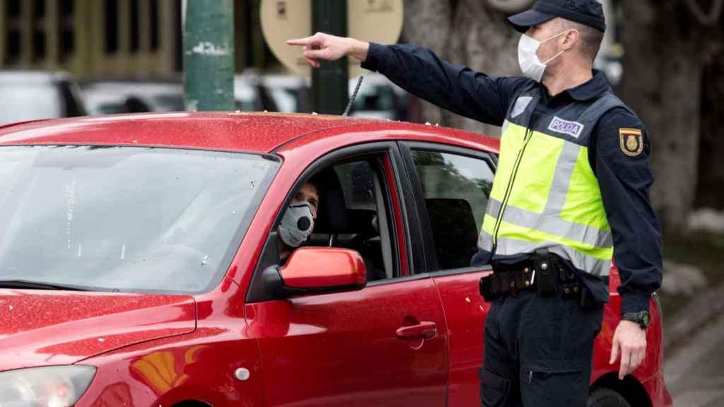 Un miembro de la Policía Nacional realiza un control de tráfico.