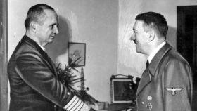Dönitz y Hitler en el búnker del führer en 1945.