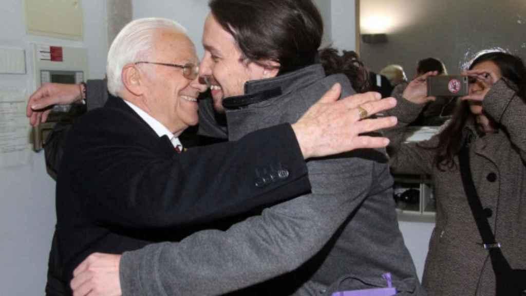 El padre Ángel, fundador de Mensajeros de la Paz, abraza a Pablo Iglesias, líder de Podemos.