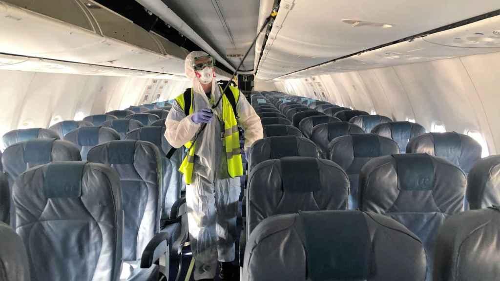 Imagen de los trabajos de desinfección de un avión de Air Europa.