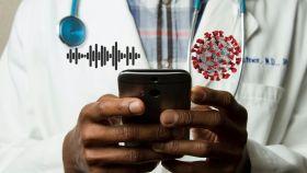 Médico con un móvil.