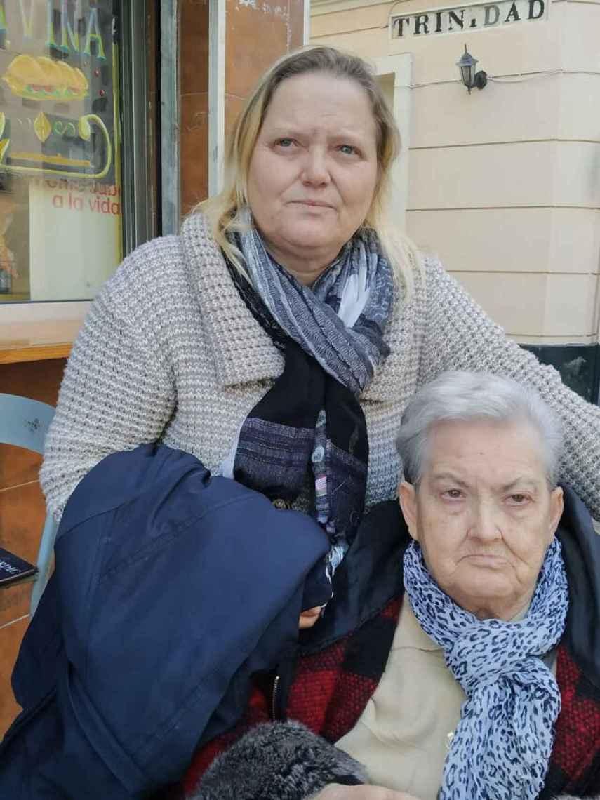 Ana Jiménez y su madre, que ya no puede caminar, por las calles de Cádiz.
