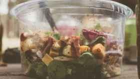 Una ensalada envasada como las que podemos encontrar en el supermercado.