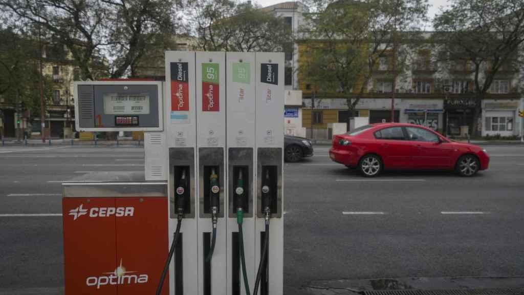Una gasolinera vacía debido al desplome del consumo de gasolinas durante el confinamiento.