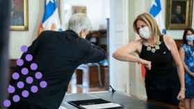 Sebastian Piñera y Macarena Santelices se saludan con el codo en su toma de posesión.
