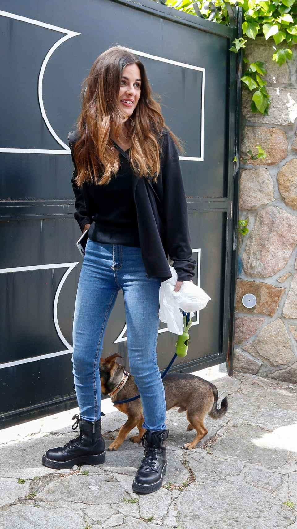 Alexia Rivas en la puerta de la casa de su pareja, Alfonso Merlos.