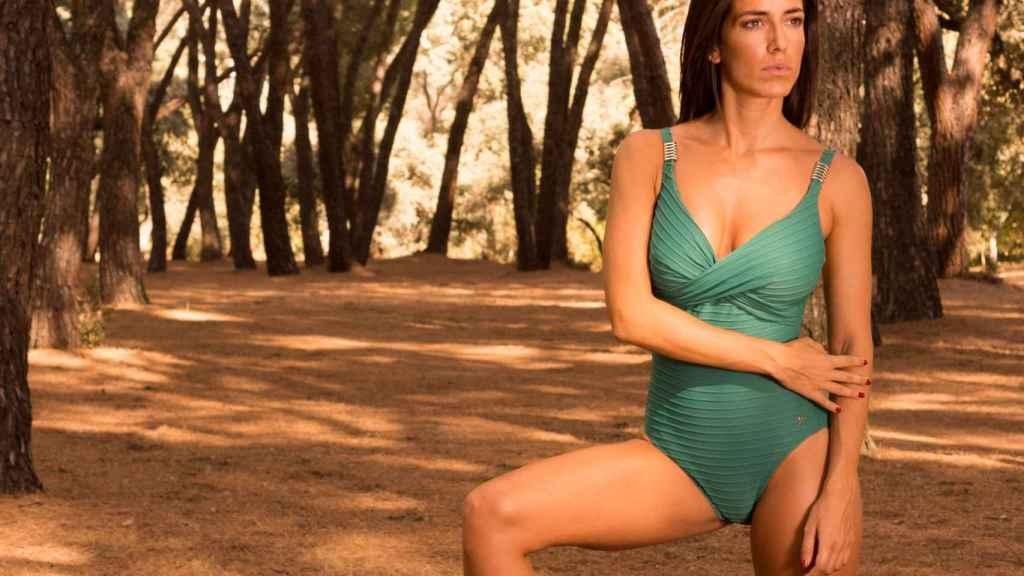 Modelo posando con bañador de la firma Venus.