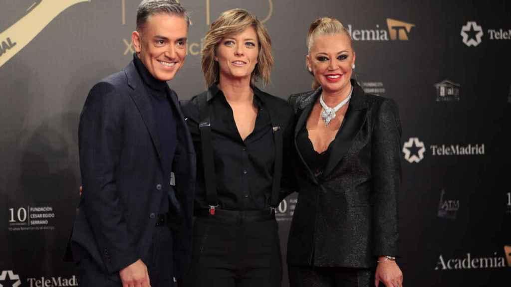 María Casado junto a Kiko Hernández y Belén Esteban en los Premios Iris 2019.