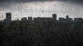 El 'skyline' visto por una ventana en un día de lluvia. EFE.
