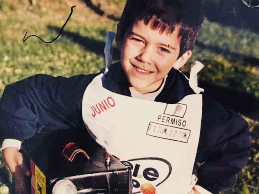 Álvaro paseaba por sevilla con una cámara de cartón construida por su padre.