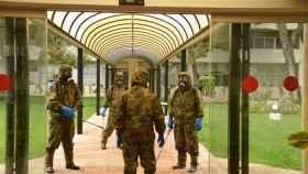 Personal del Ejército de Tierra en plenas labores de desinfección.