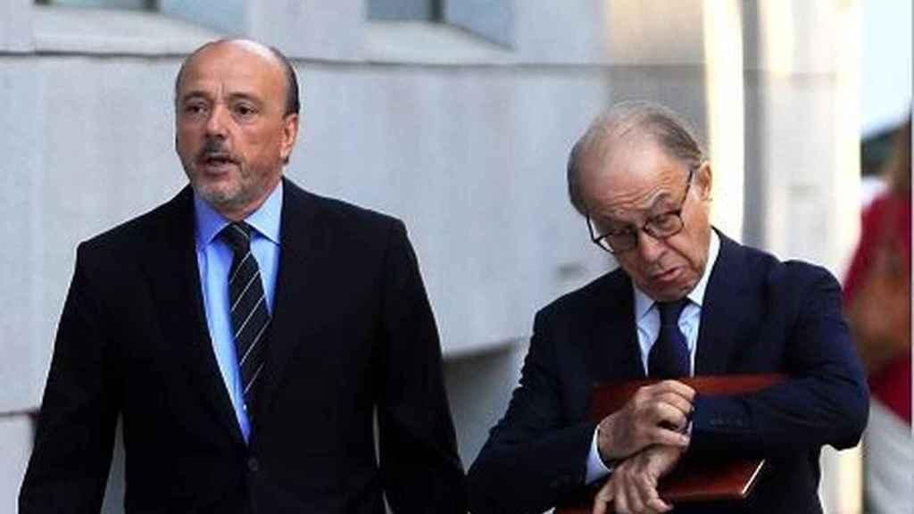 Javier Monzón y su abogado, Luis Rodríguez Ramos, en el exterior de la Audiencia Nacional./