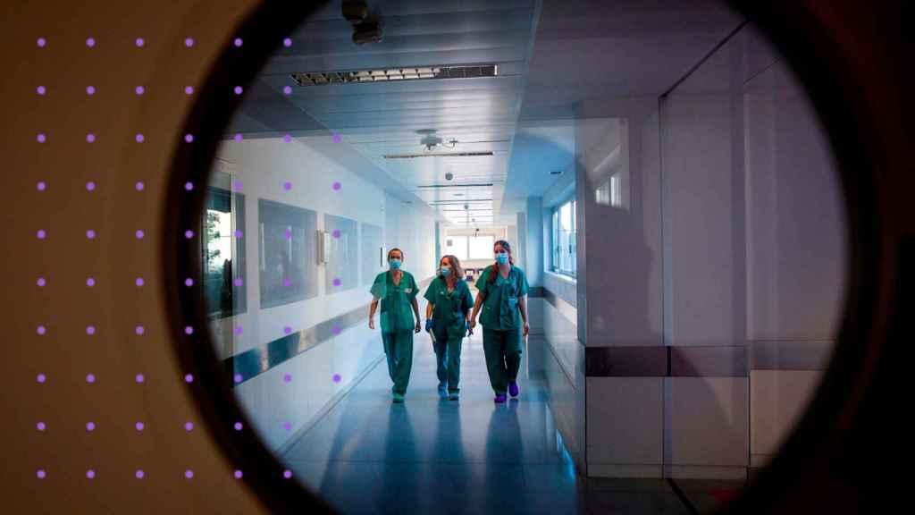 Tres sanitarias en de la UCI del hospital de San Pedro de Logroño.