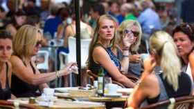Turistas alemanas en una terraza de Valencia